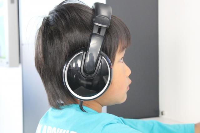 ヘッドホンでモーツアルト音楽を聴く子供